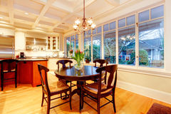 Biała wielka luksusowa kuchnia z ogromną kuchenką i chłodziarką. Obraz Stock