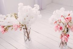 Biała wiosna kwitnie w rocznika wnętrzu dom obrazy royalty free
