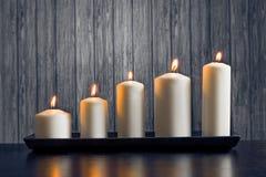 Białe świeczki na drewno stole Zdjęcia Royalty Free