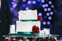 Białe świeczki na szkło stole i Zdjęcie Royalty Free