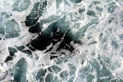 Białe błękitnego czerni fala, skały, naturalny tło Fotografia Stock