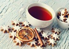 Białe Boże Narodzenia grają główna rolę ciastka i filiżankę herbaty kopii przestrzeń Obraz Royalty Free