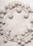 Białe Boże Narodzenie dekoracja na lekkiej drewnianej tło ramie zdjęcia stock