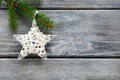 Białe Boże Narodzenie dekoracyjna gwiazda na gałąź sosna Obrazy Royalty Free