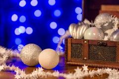 Białe Boże Narodzenie drzewne dekoracje i błękitny tło Obrazy Royalty Free