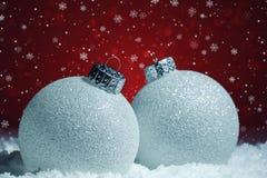 Białe Boże Narodzenie piłek dekoracja zdjęcia stock