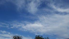 białe chmury błękitne niebo Obraz Royalty Free