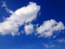 Białe chmury, niebieskie niebo fotografia stock