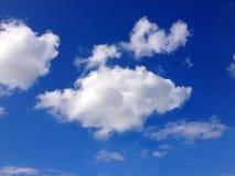 Białe chmury, niebieskie niebo fotografia royalty free