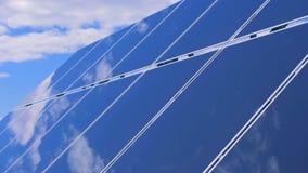 Białe chmury odbijają na glasslike powierzchni słoneczny moduł zbiory wideo