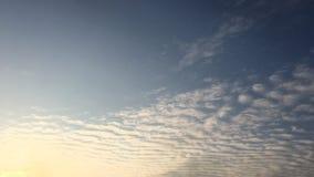 Białe chmury znikają w gorącym słońcu na niebieskim niebie Upływu ruch chmurnieje niebieskiego nieba tło błękitne niebo Chmury Ni zbiory