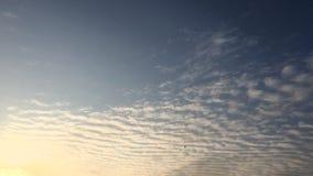 Białe chmury znikają w gorącym słońcu na niebieskim niebie Upływu ruch chmurnieje niebieskiego nieba tło błękitne niebo Chmury Ni zbiory wideo