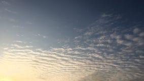 Białe chmury znikają w gorącym słońcu na niebieskim niebie Upływu ruch chmurnieje niebieskiego nieba tło błękitne niebo Chmury Ni zdjęcie wideo