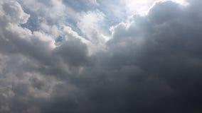 Białe chmury znikają w gorącym słońcu na niebieskim niebie Upływu ruch chmurnieje niebieskiego nieba tło błękitne niebo Chmury zbiory