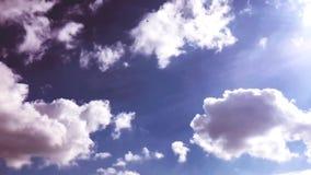 Białe chmury znikają w gorącym słońcu na niebieskim niebie Upływu ruch chmurnieje niebieskiego nieba tło błękitne niebo Chmury zdjęcie wideo
