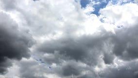 Białe chmury znikają w gorącym słońcu na niebieskim niebie Upływu ruch chmurnieje niebieskiego nieba tło błękitne niebo Chmury zbiory wideo