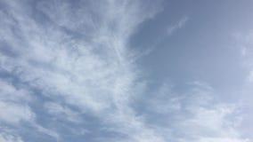 Białe chmury znikają w gorącym słońcu na niebieskim niebie Upływu ruch chmurnieje niebieskiego nieba tło Chmury biega przez błęki zbiory