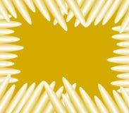 Białe Colour ołówków wosku kredki układali wokoło złotej szkotowej tło ilustraci ilustracja wektor