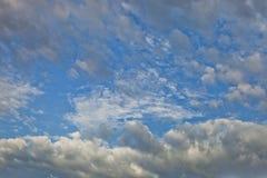 Białe cumulus chmury w niebieskim niebie dniem, naturalny tło, fotografii tekstury, niebo, dzień, chmury, zdjęcie stock