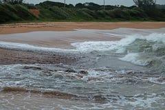 BIAŁE CZUBATE fala ŁAMA NA plaży PRZECIW BACKWASH fotografia stock