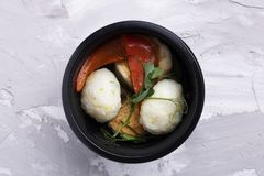 Bia?e energetyczne pi?ki z odparowanymi warzywami w karmowych zbiornikach zdjęcia royalty free