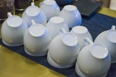 Białe filiżanki wypiętrzali do góry nogami po myć naczynia fotografia royalty free