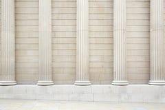 Białe klasyczne kolumny i ścienny tło Obrazy Royalty Free