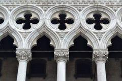 Białe kolumny rozpadają się z dekoracyjnym ornamentem w górnej porci Obraz Royalty Free