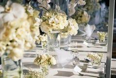 Białe kremowe róże, orchidei dekoracja na recepcyjnym obiadowym stole, kwiaty, Kwieciści - zamykający up Zdjęcie Royalty Free