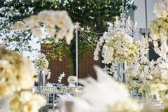 Białe kremowe róże, orchidei dekoracja na recepcyjnym obiadowym stole, kwiaty, Kwieciści - zamykający up Obraz Royalty Free