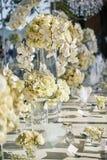 Białe kremowe róże, orchidei dekoracja na recepcyjnym obiadowym stole, kwiaty, Kwieciści - zamykający up Obraz Stock