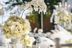 Białe kremowe róże, orchidei dekoracja na recepcyjnym obiadowym stole, kwiaty, Kwieciści - zamykający up Fotografia Royalty Free