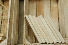 Białe książki na drewnianej półce w rocznika wnętrzu Zdjęcie Royalty Free