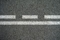 Białe linie i ciskać linie na asfaltowej drodze Fotografia Royalty Free