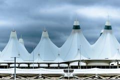 Białe namiotu dachu kopuły przy Denwerskim lotniskiem międzynarodowym Zdjęcia Royalty Free