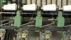 Białe nici cewy przy automatyczną rewinding maszyną zbiory