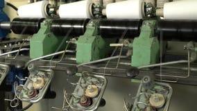 Białe nici cewy przy automatyczną rewinding maszyną zbiory wideo