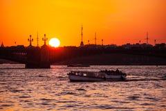 Białe noce i łódź pod mostem w St Petersburg Obrazy Stock