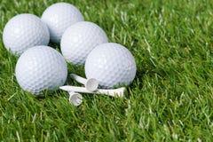Białe piłki golfowe kłamają na rozsypisku zielona trawa obraz royalty free