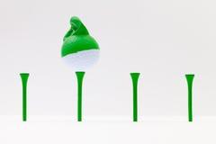 Białe piłki golfowe z śmieszną nakrętką Śmieszny golfowy pojęcie Obraz Royalty Free