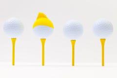 Białe piłki golfowe z śmieszną nakrętką Śmieszny golfowy pojęcie Fotografia Royalty Free