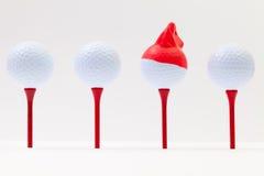 Białe piłki golfowe z śmieszną nakrętką Śmieszny golfowy pojęcie Zdjęcia Royalty Free