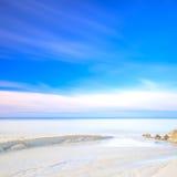 Białe piasek diuny wyrzucać na brzeg, skały, ocean i niebo, Fotografia Royalty Free