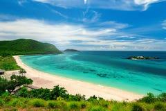 Białe piasek plaże i Błękitny ocean dla Snorkeling przy Samaesarn zdjęcie stock