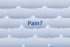 Białe pigułki z słowa ` bólu ` zdjęcia stock