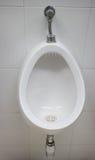Białe pisuarów mężczyzna toalety publicznie Obrazy Royalty Free