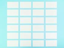 Białe Puste wizytówki Na Błękitnym tle Z Papierową teksturą Obrazy Stock