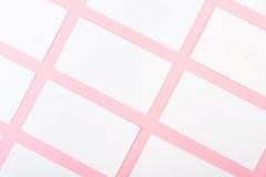 Białe Puste wizytówki Na Różowym tle Z Papierową teksturą Zdjęcie Stock