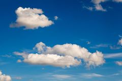 Białe puszyste chmury na niebieskim niebie przy słonecznym dniem Zdjęcia Royalty Free