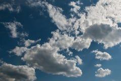 Białe puszyste chmury w jasnym niebieskim niebie zdjęcia stock